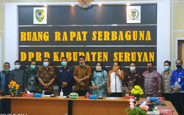 Rombongan DPRD Kota Banjarbaru foto bersama DPRD Seruyan di ruang rapat DPRD Seruyan.