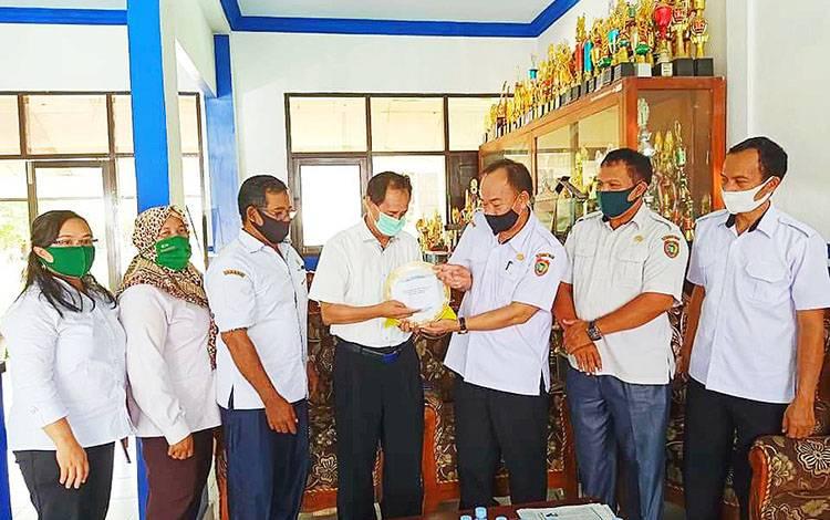 Dalam momen HUT, SMAN 1 Palangka Raya mengunjungi SMAN 5 Palangka Raya.