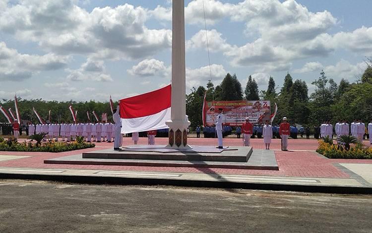 Pengibaran bendera HUT Kemerdekaan RI 17 Agustus di Pulang Pisau tahun lalu.