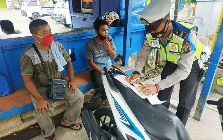 Anggota Satlantas Polres Barito Utara memberikan sanksi tilang kepada pelanggar pada Operasi Patuh Telabang 2020.
