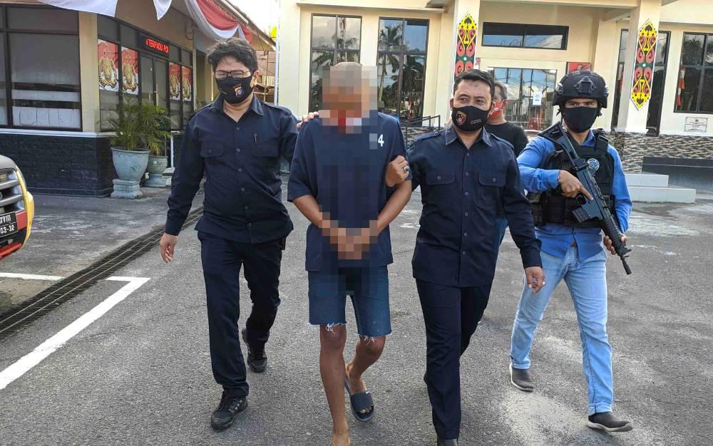 Tersangka kejahatan seksual saat digiring personel Polres Kotim, Kamis, 6 Agustus 2020.