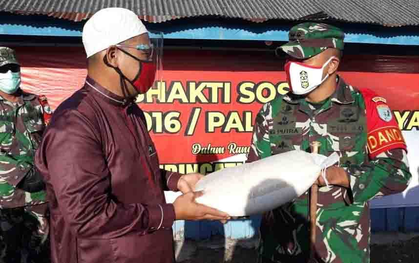 Dandim Palangka Raya menyerahkan bantuan sosial untuk Panti Asuhan Ayah Bunda, Kamis, 6 Agustus 2020.