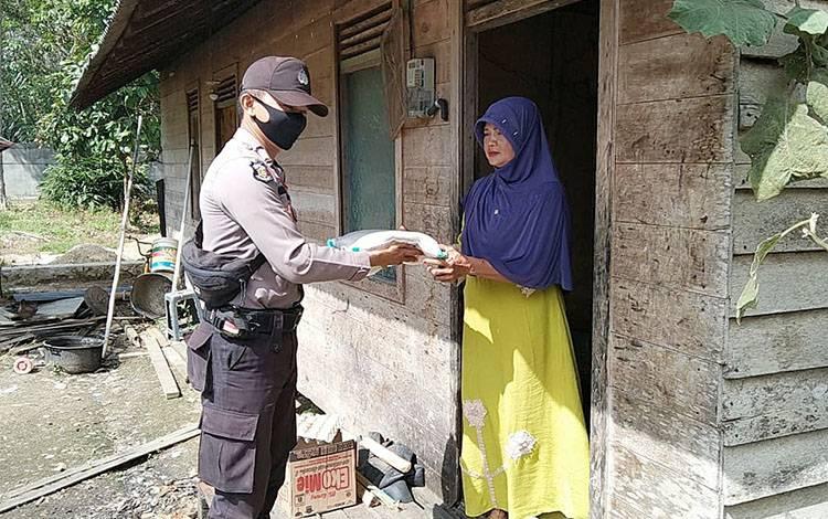 Kegiatan bakti sosial Jumat Berkah yang dilaksanakan personel Polsek Dusun Tengah.