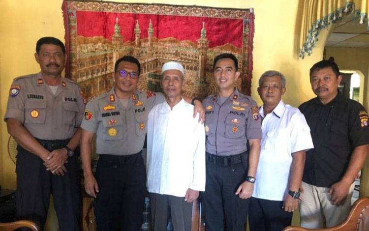 Kapolres Kobar AKBP E Dharma B Ginting saat bersilaturahmi ke rumah sejumlah tokoh masyarakat, Jumat, 7 Agustus 2020.
