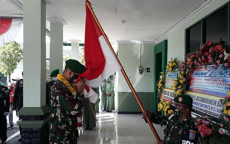 Dandim 1014 Pangkalan Bun, Letkol Arh Drajat Tri Putro saat menginjakkan kaki di kodim, tempat tugas barunya, Jumat, 7 Agustus 2020.