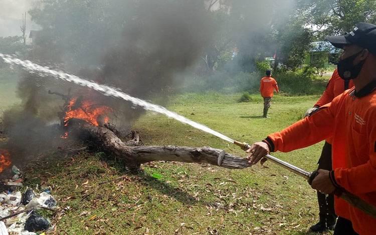 Warga Kecamatan Katingan Kuaka mengikuti simulasi pemadaman karhutla, Jumat, 7 Agustus 2020.