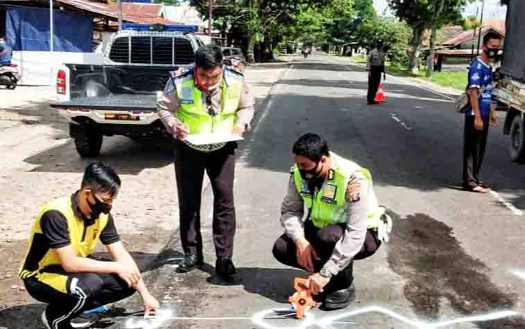 Polisi melakukan olah TKP kecelakaan lalu lintas di Jalan Mahir Mahar Palangka Raya, Jumat, 7 Agustus 2020.