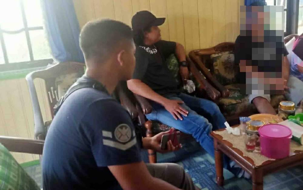 Polisi saat mengamankan terduga pelaku fetish bungkus kain di kediaman pamannya, Kuala Kapuas.