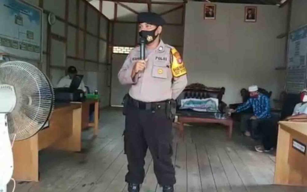 Bhabinkamtibmas Desa Pulau Petak menyampaikan arahan saat penyaluran BLT DD.
