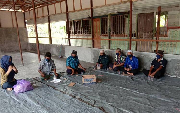 Dewan guru MA Darussalam Catur saat menggelar syukuran atas pembangunan musala madrasah yang hampir rampung.