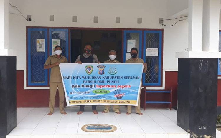 Personel Polsek Seruyan Tengah saat patroli dialogis terkait sosialisasi pencegahan praktik pungutan liar di Desa Durian Tunggal, Sabu, 8 Agustus 2020.