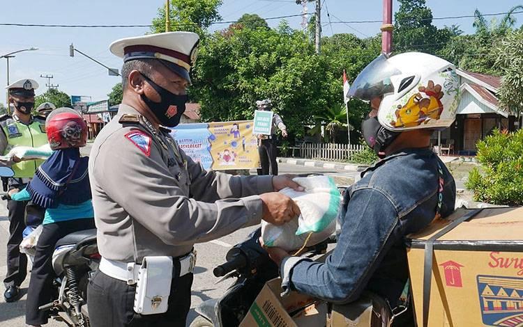 Pengguna jalan di Barito Timur menerima hadiah berupa beras 5 kilogram karena mematuhi protokol kesehatan, Sabtu, 8 Agustus 2020.