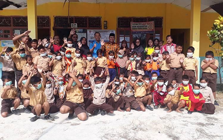 Pelajar SD di Kobar foto bersama saat pembagian masker dampak karhutla tahun 2019 lalu.