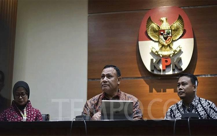 Ketua KPK, Firli Bahuri (tengah) didampingi plt Juru Bicara KPK, Ipi Maryati Kuding dan Ali Fikri (kanan) dalam konpers di gedung KPK, Jakarta, Jumat, 27 Desember 2019. Rencananya Juru bicara yang definitif akan diangkat melalui seleksi terbuka pada Januari 2020 mendatang. TEMPO/Imam Sukamto