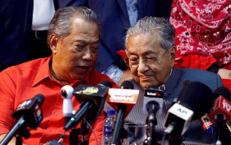 Mantan Perdana Menteri Malaysia Mahathir Mohamad mendengarkan mantan Wakil Perdana Menteri Malaysia Muhyiddin Yassin dalam konferensi pers menyusul deregistrasi sementara Parti Pribumi Bersatu Malaysia (PPBM) di Petaling Jaya, dekat Kuala Lumpur, Malaysia 5 April 2018. [REUTERS / Lai Seng Sin]