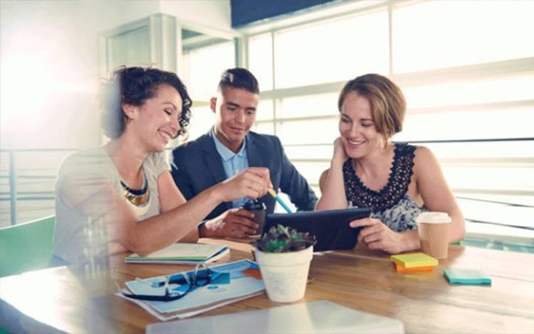 Ilustrasi pegawai tertawa atau gembira saat bekerja di kantor. shutterstock.com