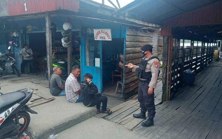 Personel Pospol KPPP Kumai, melakukan patroli dialogis ke dermaga kelotok dan speed boat di Dermaga Kumai, untuk mengimbau disiplin protokol kesehatan.