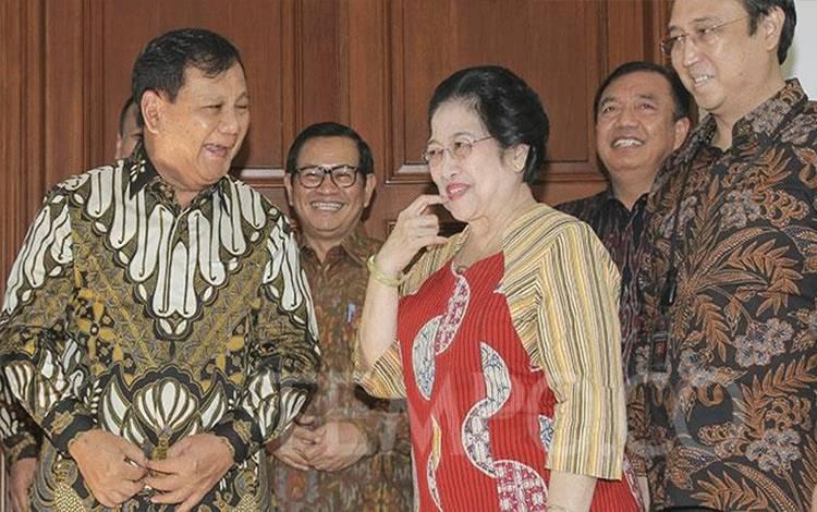 Ketua Umum PDI Perjuangan Megawati Soekarnoputri tersenyum saat menerima Ketua Umum Partai Gerindra Prabowo Subianto di kediamannya Jalan Teuku Umar, Jakarta, Rabu, 24 Juli 2019. TEMPO/Muhammad Hidayat