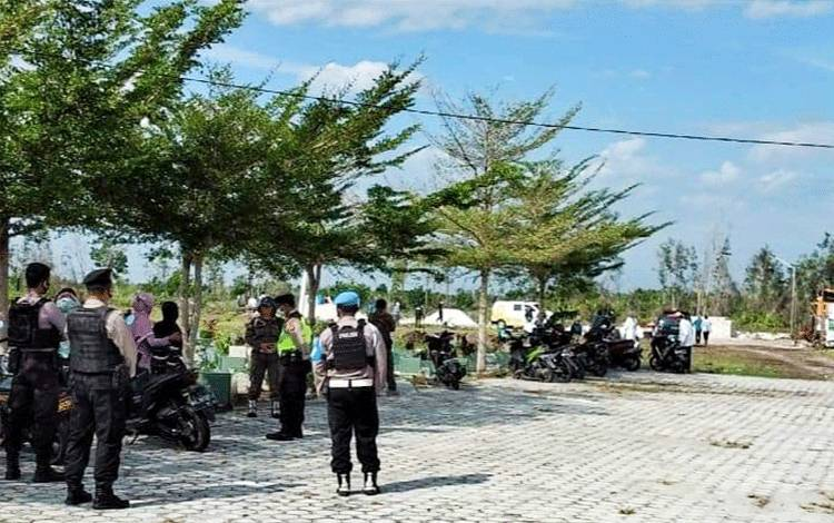 Tim Satgas saat melakukan pengawalan Pemakaman Suspek Covid-19 di TPU Km 12 Jalan Tjilik Riwut Kota Palangka Raya, Minggu 9 Agustus 2020.