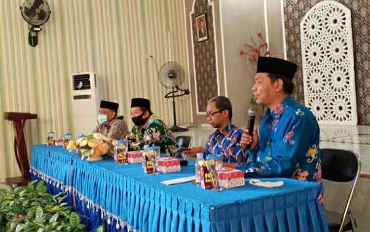 Kepala Kemenag Kapuas Ahmad Bahruni bersama Kassubag TU H Hamidhan saat memberikan arahan dalam kegiatan pembinaan pengelola website.