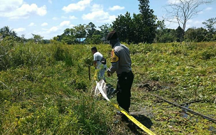 Personel Pulau Petak saat mendatangi lokasi penemuan mayat lelaki paruh baya di semak belukar di Jalan Pemuda Km7, Handel Tabelien, Desa Teluk Palingit.