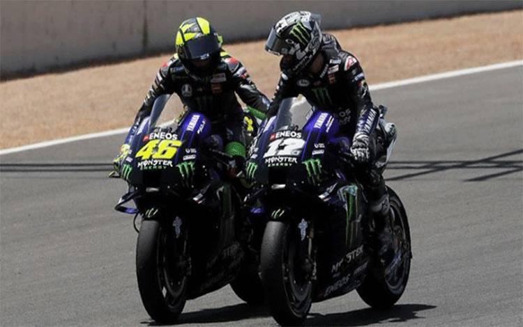 Pembalap Monster Energy Yamaha Valentino Rossi (kiri) berselebrasi dengan rekan setim, Maverick Vinales dalam MotoGP Andalusia 2020 di Circuito de Jerez, Jerez, Spanyol, Ahad, 26 Juli 2020. Pekan lalu, adik Rossi, Luca Marini berhasil meraih juara pertama Moto2 GP Spanyol. REUTERS/Jon Nazca