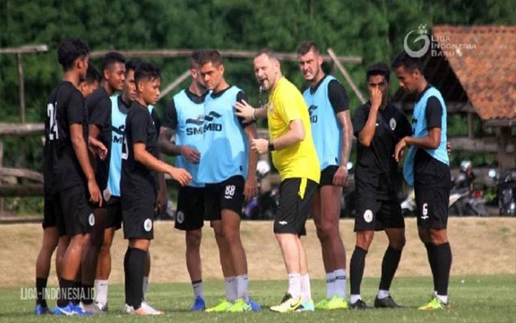 Dejan Antonic saat melatih PSS Sleman (Liga Indonesia)