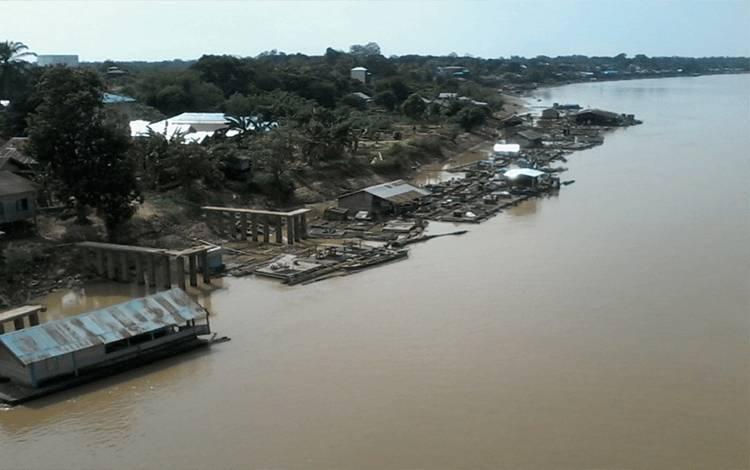 Sungai Katingan di wilayah Kasongan sejak beberapa hari terakhir mulai surut.