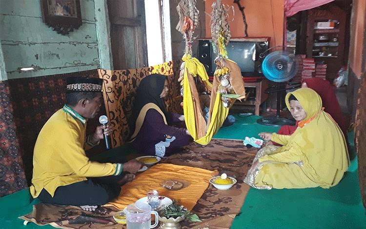 Tokoh Masyarakat Salmiadin saat menyair dalam proses adat Mangkudading atau Beayun.