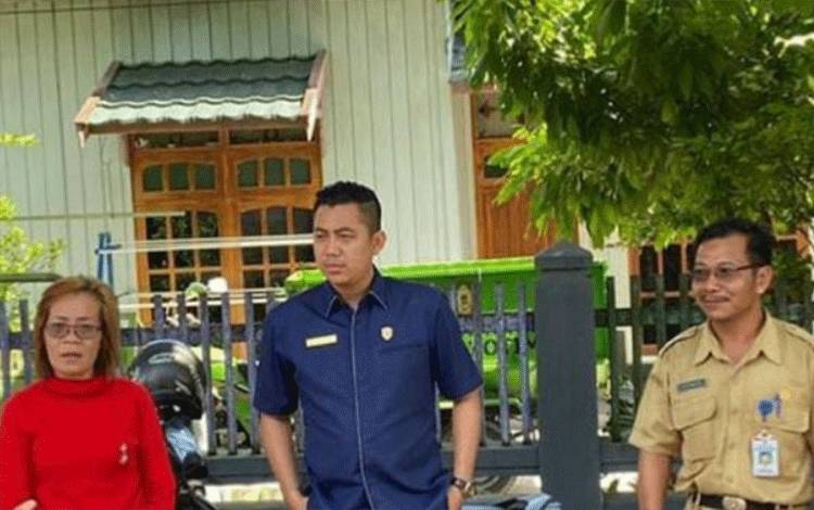 Anggota Komisi IV DPRD Kotawaringin Timur M Kurniawan Anwar saat berbincang dengan warga terkait masalah banjir.
