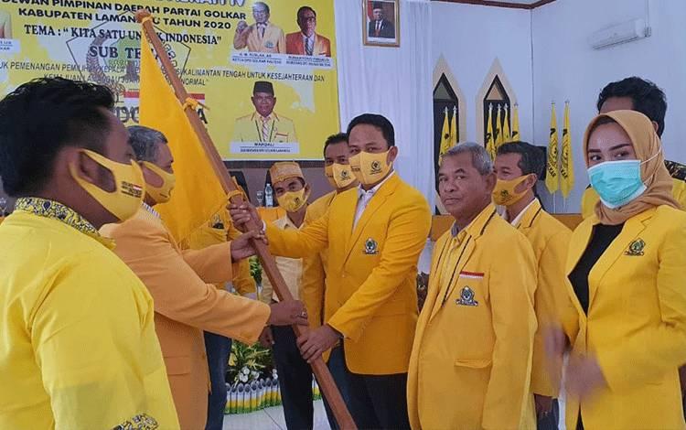 Ketua DPD Golkar Lamandau terpilih, H Hendra Lesmana, menerima panji partai Golkar, simbol penyerahan mandat sebagai ketua.