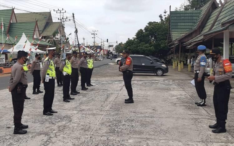 Kapolsek Kahayan Hilir Ipda Widodo saat memberikan arahan kepada personel dalam tugas pengamanan kunjungan Kerja Ketua Bawaslu RI.