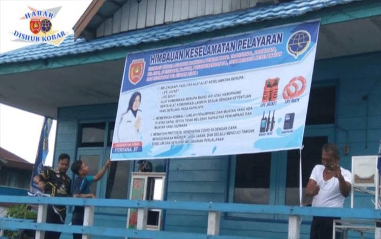 Dishub Kobar memasang spanduk imbauan keselamatan di Dermaga Pasar Saik Pangkalan Bun.