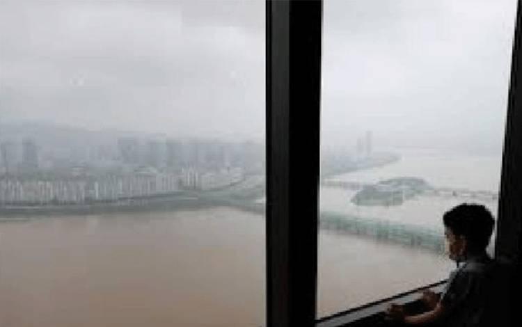 Pemerintah Korea Selatan memperingatkan warga akan banjir dan tanah longsor akibat hujan deras pada Agustus 2020. Reuters