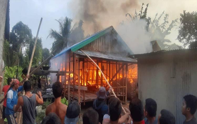Kebakaran rumah dan satu rangka bangunan di Kelurhan Pendahara Katingan merenggut korban jiwa.