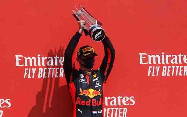 Pembalap Red Bull, Max Verstappen merayakan kemenangannya setelah balapan Formula Satu atau F1 yang bertajuk Peringatan Grand Prix ke-70 di Sirkuit Silverstone, Inggris, Ahad, 9 Agustus 2020. (foto : Reuters via teras.id)