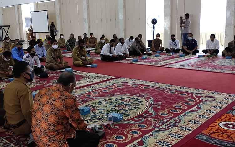 Pelaksanaan rapat evaluasi tentang penanganan covid-19 dan karhutla di aula kantor bupati Sukamara.