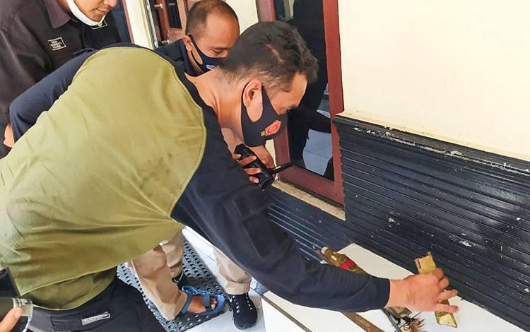 Kasatreskrim Polresta Palangka Raya Kompol Todoan Agung Gultom saat memperlihatkan barang bukti Sajam yang digunakan pelaku.