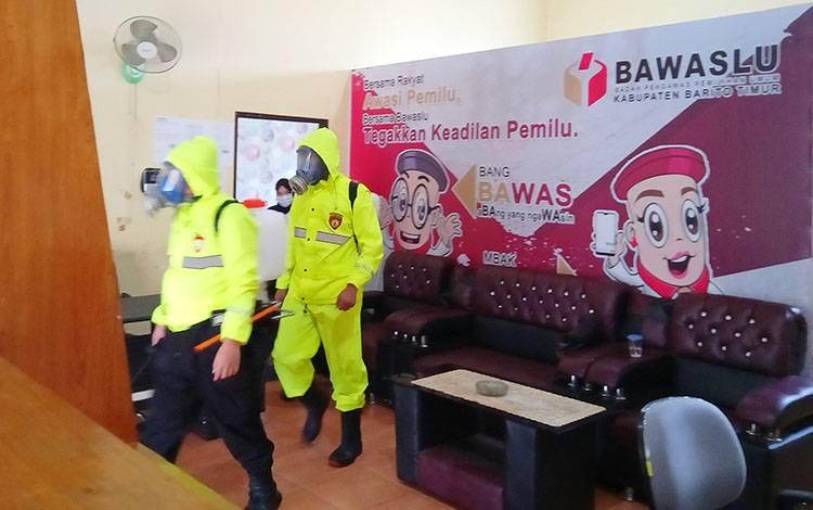 Sat Sabhara Polres Barito Timur melakukan penyemprotan disinfektan di kantor bawaslu setelah ketua bawaslu dinyatakan positif covid-19
