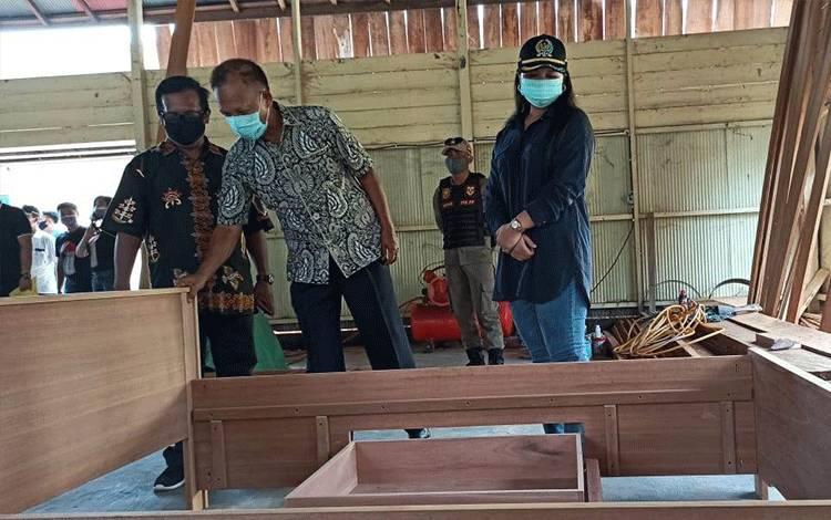 Wakil Ketua II DPRD Gunung Mas, Neni Yuliani (kanan) saat meninjau sentra pengolahan kayu di Desa Sepang Kota, Kecamatan Sepang, Minggu, 9 Agustus 2020.