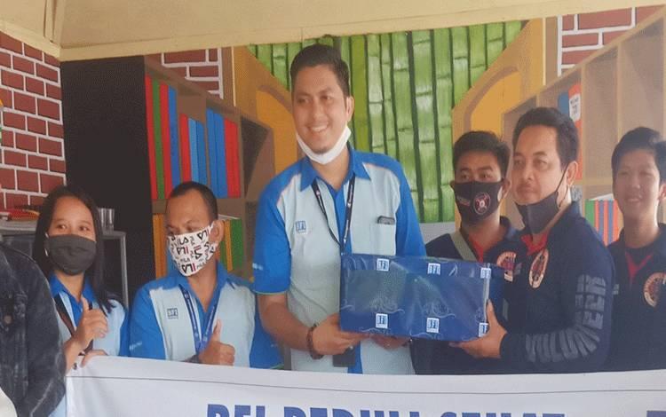 Proses penyerahan paket sembako untuk para relawan ERP.