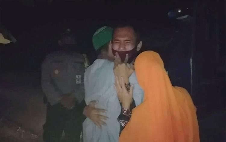 Eka Dadi Putra menangis haru dalam pelukan kedua orang tuanya setelah diterima sebagai calon Tamtama Polri.