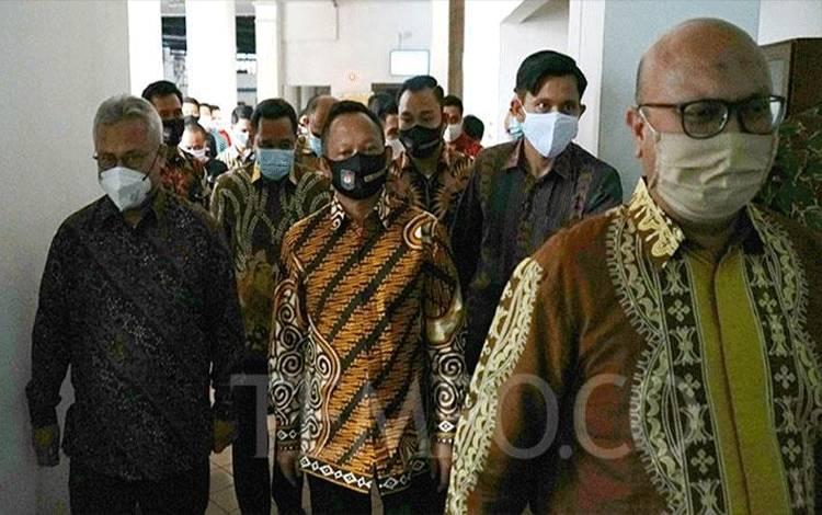 Mendagri Tito Karnavian (tengah) bersama Ketua KPU RI Arief Budiman (kiri) saat pertemuan di Gedung KPU RI, Jakarta, 30 Juli 2020. Pertemuan tersebut dalam rangka membahas perihal Pilkada serentak tahun 2020. TEMPO/Muhammad Hidayat
