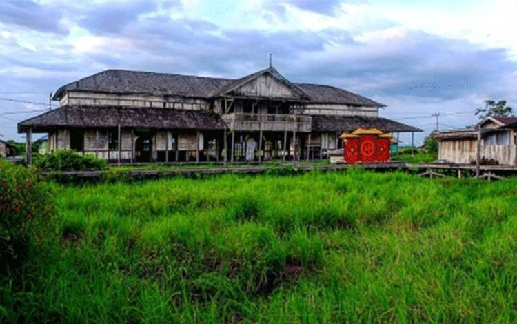 Rumah tua di pinggiran Sungai Arut