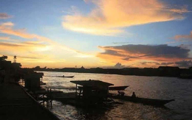 Suasana senja di Sungai Arut