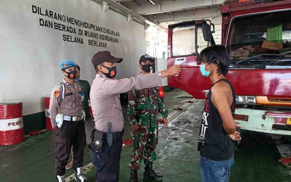 Personel Polsek Kahayan Kuala mengecek kesehatan penumpang KMP Drajat Paciran, Selasa, 11 Agustus 2020.