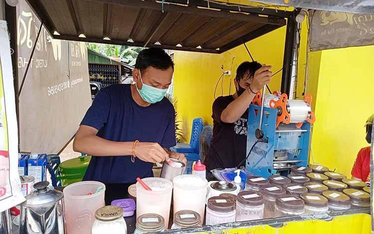 Idrus (kiri) bersama Taufik, pemilik usaha Num Num Thai Tea