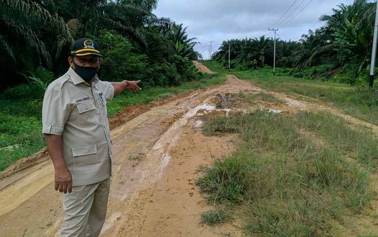Wakil Ketua II DPRD Kobar Bambang Suherman saat monitoring desa - desa di perbatasan Kobar.