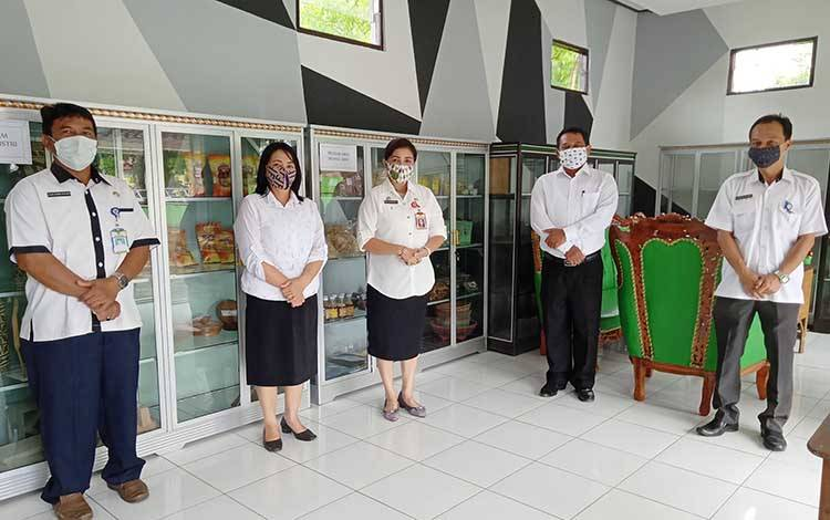 Kepala Dinas Koperasi, UKM dan Perindustrian Barito Timur, Ina Karuniani Gandrung bersama staf di galeri Pobar/