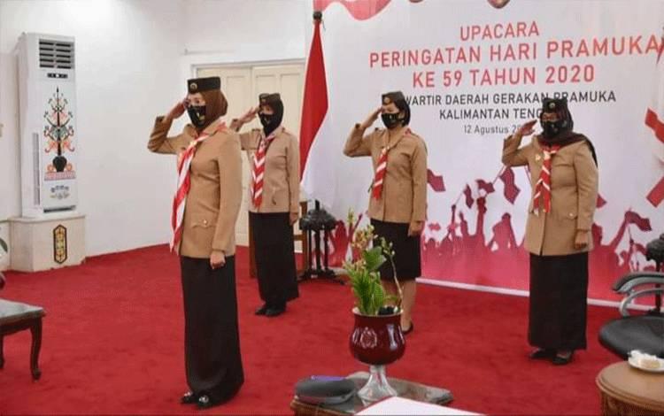 Ketua Kwartir Daerah Gerakan Pramuka Provinsi Kalteng Ivo Sugianto Sabran saat mengikuti upacara memperingati Hari Pramuka yang ke-59.